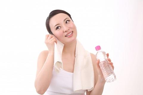 顔の汗を拭く