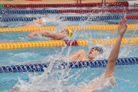 背泳ぎの接戦